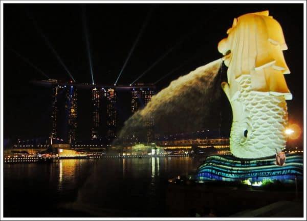 【2013 Singapore】新加坡自由行。白天和夜晚都精彩的魚尾獅公園(Merlion Park)&金沙酒店燈光秀
