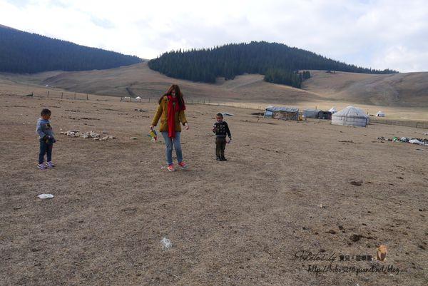 【2014 中國新疆】Day 17-1 博樂。賽里木湖邊的孩子。