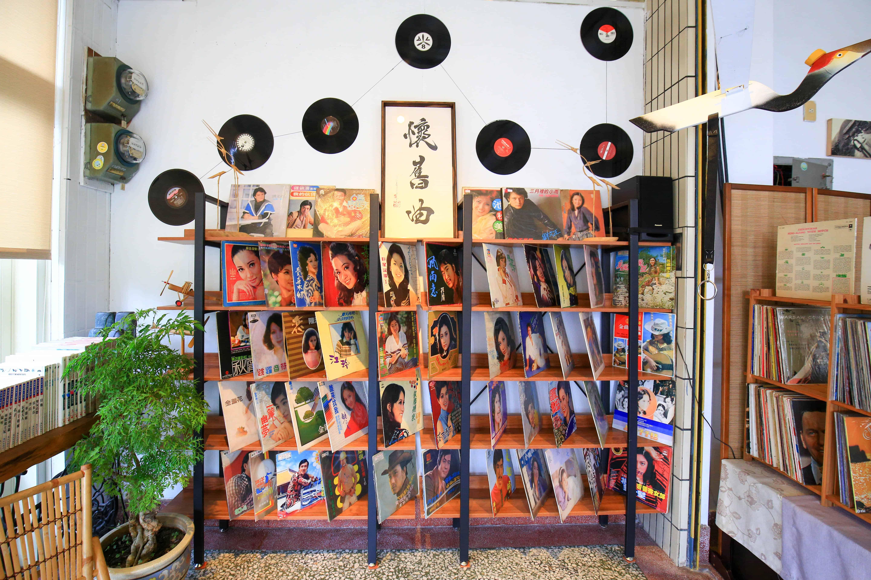 【花蓮新城景點|懷舊曲 】雜貨店變身黑膠唱片館,咖啡香中的小城故事。